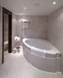 Badrum med hörnbadkaret Arkivfoto
