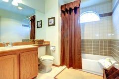 Badrum med tegelplattaväggklippning och bågefönstret Royaltyfri Fotografi