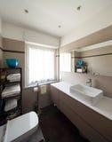 Badrum, vask och spegel fotografering för bildbyråer