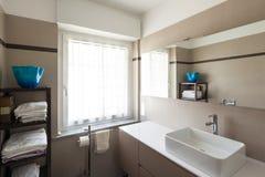 Badrum, vask och spegel arkivbilder