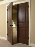badrumdörrdouble som är öppen till Arkivfoton