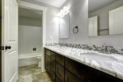 Badrumfåfängakabinett med den vita granitöverkanten Royaltyfria Bilder