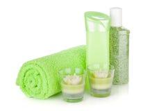 Badrumflaskor, handduk och stearinljus Royaltyfria Foton
