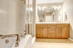 Badruminre med badet badar och duschar Royaltyfri Fotografi