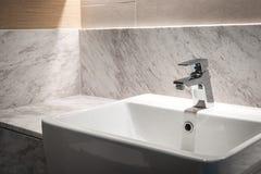 Badruminre med vasken och vattenkranen Arkivfoto