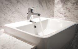 Badruminre med vasken och vattenkranen Royaltyfri Fotografi