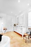 Badrummet av det lyxiga huset som har det tomma badet, badar royaltyfri fotografi