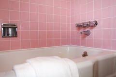 Badrummet badar med rosa färgtegelplattaväggen Royaltyfri Fotografi