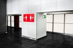 Badrummet för det offentliga stället servar indikeringstecknet Toilette navigat arkivbild