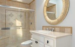 Badrummet med badar dusch- och exponeringsglasdörrar Arkivbild