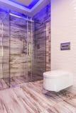Badrummet med går i duschidé Royaltyfria Foton