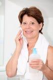 badrumpensionärkvinna Fotografering för Bildbyråer