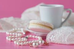 Badrumräknaren med kaffe, tappning pryder med pärlor smycken arkivbilder