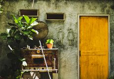 Badrumväggen har ett man- och kvinnligtoalettsymbol Royaltyfri Foto