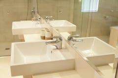 badrumvaskar kopplar samman Arkivbild