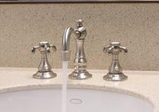 badrumvattenkranvask Arkivfoton