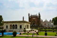 Badshahi moské Lahore & gravvalv av Allama Iqbal Royaltyfria Bilder
