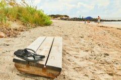 Badskor som sitter på stranden Royaltyfria Bilder