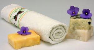 Badtücher und natürliche Seife Stockbilder