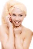 badtelefonen talar kvinnan Royaltyfria Bilder