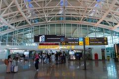 BADUNG/BALI- 28-ОЕ МАРТА 2019: Атмосфера отклонения терминальная на международном аэропорте Ngurah Rai с выглядящим современн стоковое изображение rf