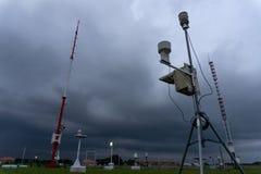 BADUNG, BALI 11. APRIL 2019: eine tragbare automatische Wetterstation an Ngurah Rai-Flughafen unter den furchtsamen dunklen Cumul stockfotografie