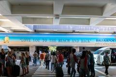 BADUNG/BALI- 28 DE MARZO DE 2019: La atmósfera de la barahúnda en coge el área del ‹del †del ‹del †el aeropuerto internaciona imagen de archivo