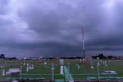 BADUNG/BALI-DECEMBER 07 2017: Meteorologisk tr?dg?rd p? den Ngurah Rai flygplatsen Bali n?r himlen som ?r full av den m?rka molnc royaltyfri bild