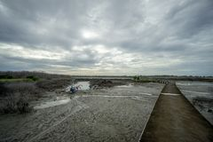 BADUNG, BALI/INDONESIA- 8 ΜΑΡΤΊΟΥ 2019: Βάρκα ψαράδων που κολλιέται στη λάσπη λόγω της χαμηλής παλίρροιας σε Benoa στοκ φωτογραφίες