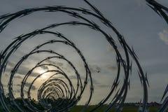 BADUNG, BALI/INDONESIA- 1 DE ENERO DE 2017: La opinión del aeropuerto de las cercas de púas cuando va el sol abajo fotografía de archivo libre de regalías