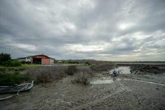 BADUNG, BALI/INDONESIA- 8 DE MARZO DE 2019: Barco del pescador pegado en el fango debido a marea baja en Benoa fotos de archivo