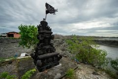 BADUNG, BALI/INDONESIA- 8 DE MARZO DE 2019: Estatua de piedra natural negra para el lugar de ofrecimiento fotos de archivo libres de regalías