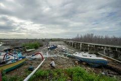 BADUNG, BALI/INDONESIA- 8. MÄRZ 2019: Fischerboot gehaftet auf dem Schlamm wegen der Ebbe in Benoa stockfotos