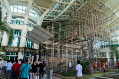 28 badung/bali-MAART 2019: Sommige arbeiders brengen een steiger bij de internationale de aankomstterminal van de luchthaven same royalty-vrije stock afbeelding