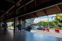BADUNG/BALI-MARCH 28 2019年:投下国内乘客的地方在伍拉・赖国际机场 库存照片