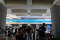 BADUNG/BALI-MARCH 28 2019: Atmosfären av tumult i väljer upp område av ‹för †den internationella flygplatsen i Ngurah Rai Se arkivbild