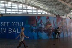 BADUNG/BALI-MARCH 28 2019: ?e?ski turysta, niesie walizk?, sta? w terenie w balijczyka ornamentacyjnym lotnisku, zdjęcia royalty free