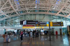 BADUNG/BALI- 28 MARZO 2019: L'atmosfera terminale di partenza all'aeroporto internazionale di Ngurah Rai con un d'aspetto moderno immagine stock libera da diritti