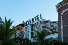 BADUNG/BALI- 30 MARZO 2019: segni del novotel all'aeroporto internazionale Ngurah Rai Bali Novotel ? una catena di hotel del Acco immagine stock libera da diritti