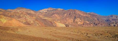 Badwater Bassins und seine Berge von farbigen Felsen stockfotografie