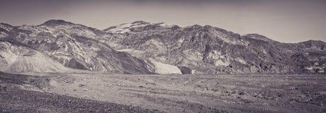 Badwater Bassins und seine Berge von farbigen Felsen lizenzfreies stockbild