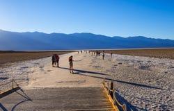 Badwater słone jezioro przy Śmiertelnym Dolinnym Kalifornia KALIFORNIA, PAŹDZIERNIK - 23, 2017 - ŚMIERTELNA dolina - Obrazy Royalty Free