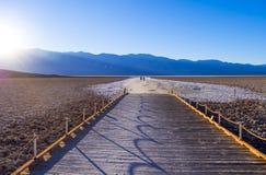 Badwater słone jezioro przy Śmiertelnym Dolinnym Kalifornia KALIFORNIA, PAŹDZIERNIK - 23, 2017 - ŚMIERTELNA dolina - Obrazy Stock