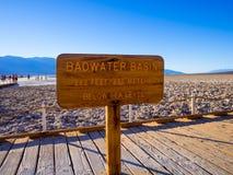 Badwater salt sjö på Death Valley Kalifornien - DEATH VALLEY - KALIFORNIEN - OKTOBER 23, 2017 Royaltyfria Bilder
