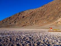 Badwater salt sjö på Death Valley Kalifornien - DEATH VALLEY - KALIFORNIEN - OKTOBER 23, 2017 Royaltyfri Fotografi