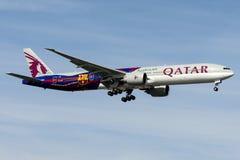 A7-BAE卡塔尔航空,波音777-300巴塞罗那足球俱乐部号衣 免版税库存图片