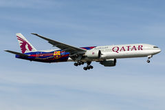 A7-BAE Qatar Airways, libré do FC Barcelona de Boeing 777-300 Imagem de Stock Royalty Free