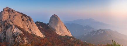 Baegundae峰顶,全景在Bukhansan m的秋天季节日出  免版税库存图片
