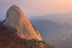 Baegundae峰顶,在Bukhansan山的秋天季节日出  免版税库存照片