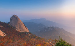Baegundae峰顶,在Bukhansan山的秋天季节日出  免版税图库摄影